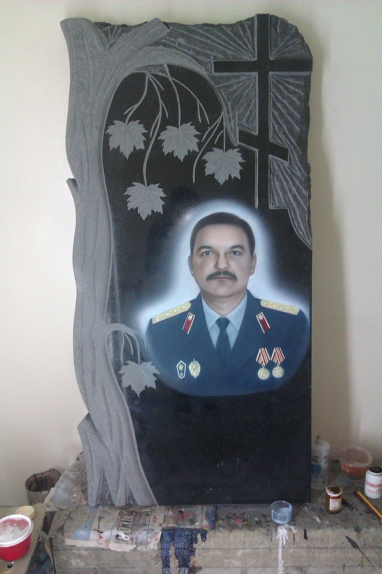 Цветной портрет на памятнике фото