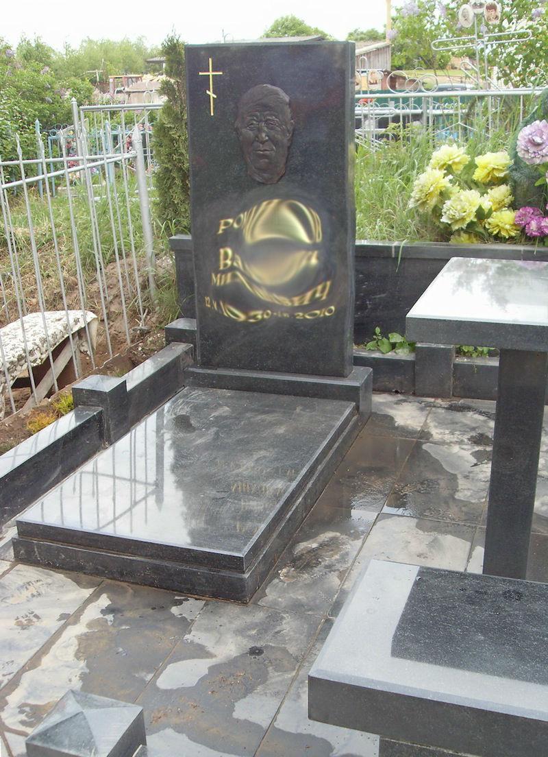 Памятник Роза из двух видов гранита Полевской