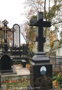 надгробный крест из черного гранита