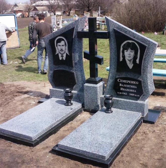 Памятник на троих из карельского гранита заказ надгробных памятников в симферополе